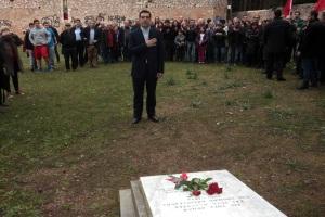 Ο νέος πρωθυπουργός Αλέξης Τσίπρας (Κ)  καταθέτει λουλούδια στο μνημείο των εκτελεσθέντων από τους Γερμανούς στην Κατοχή στο σκοπευτήριο της Καισαριανής, όπου πήγε αμέσως μετά την ορκομωσία του στο Προεδρικό Μέγαρο, Δευτέρα 26 Ιανουαρίου 2015. ΑΠΕ - ΜΠΕ/ΑΠΕ - ΜΠΕ/Αλέξανδρος Μπελτές